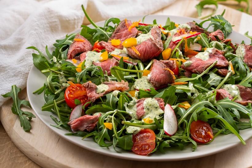 Salata od pečenog odreska s umakom od Zvijezda majoneze i peršina